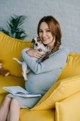 Fotografie těhotná, objímání psa