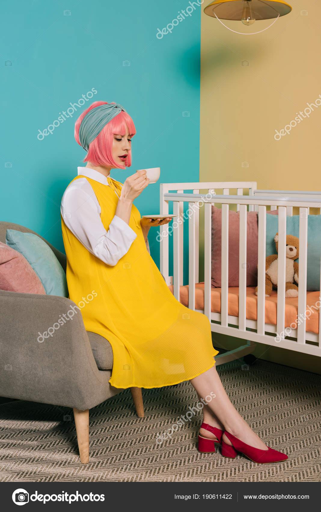 Wann Kinderzimmer Einrichten Schwangerschaft | Retro Stil Schwanger Pin Frau Mit Rosa Haaren Teetrinken Der
