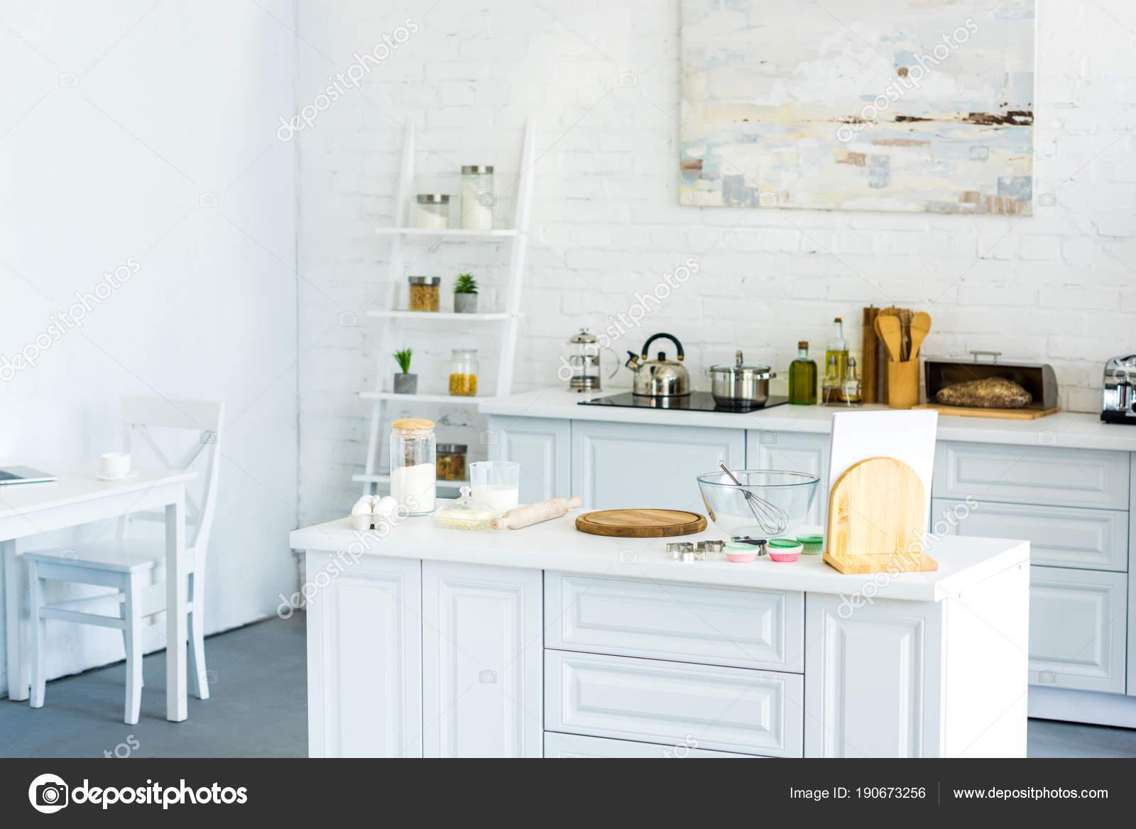 interieur van lichte moderne keuken met verf muur stockfoto