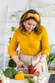 Fotografie krásná žena, řezání paprikou v kuchyni