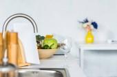 Fényképek üres borospohár és zöldségek, közel a konyhai pult mosogató