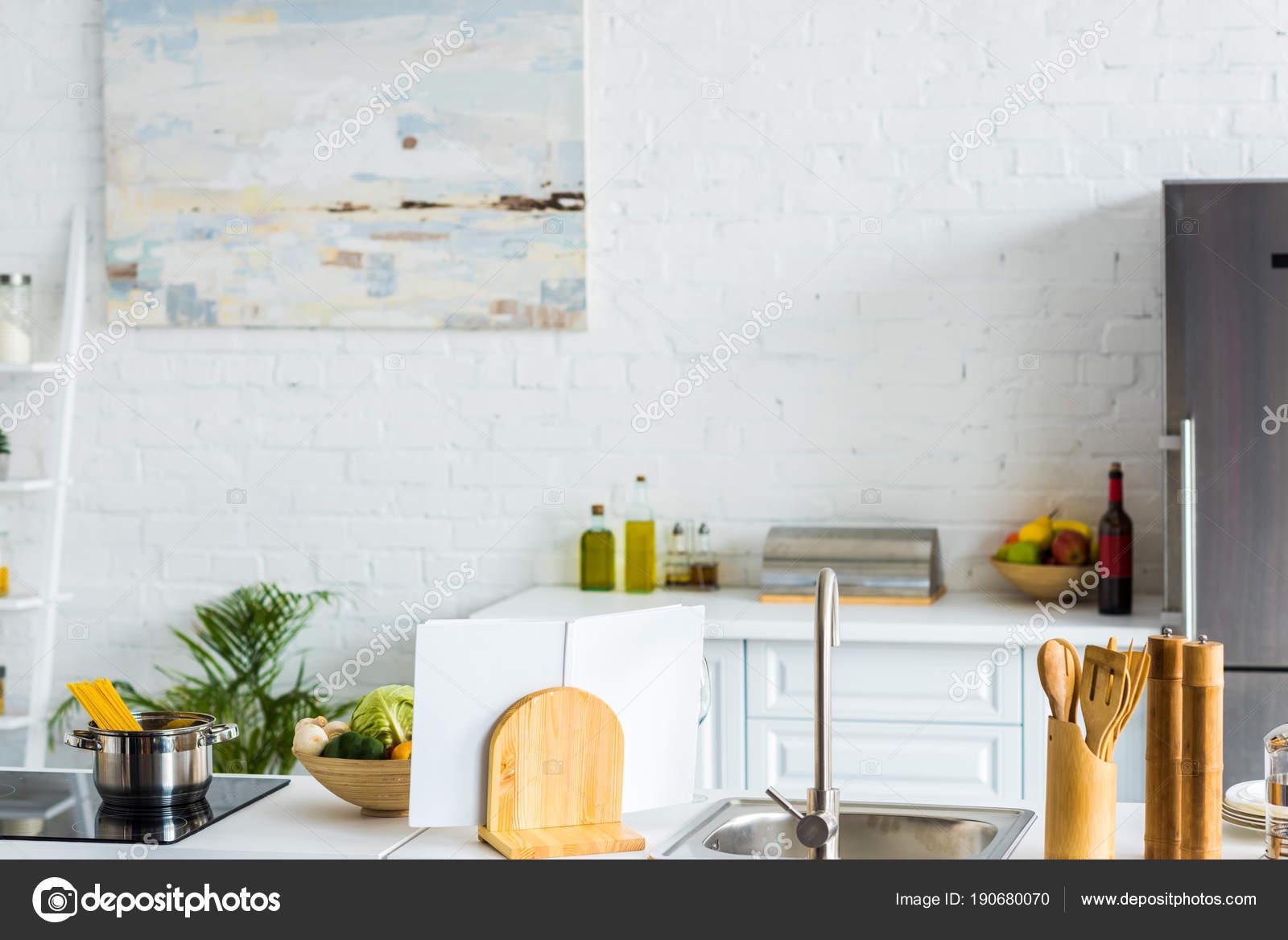 interieur van moderne lichte keuken met verf muur stockfoto
