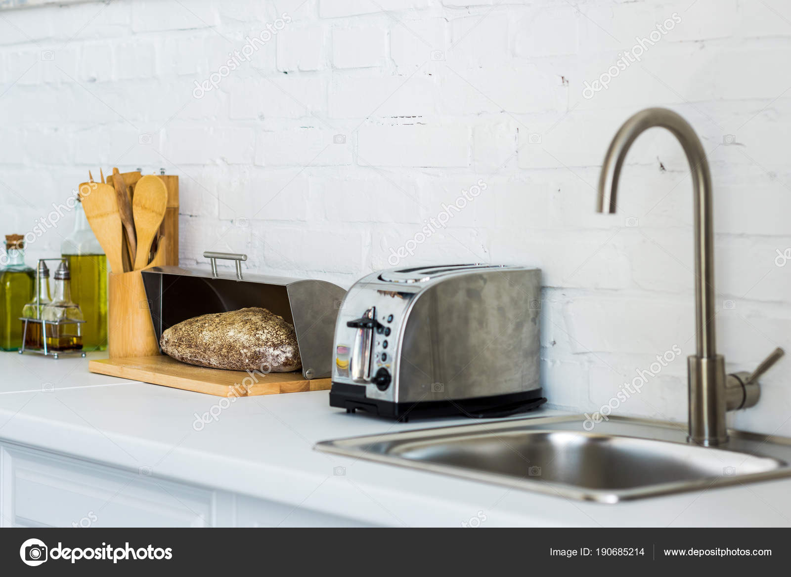 Toaster Brotkorb Mit Brot Der Nähe Von Waschbecken Küche ...