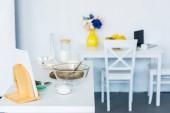 Fotografie mísa šlehací metly na kuchyňské linky, kuchyňský stůl s notebookem