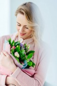 Fotografie portrait of beautiful smiling woman with bouquet of flowers