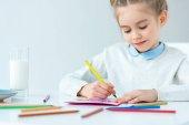 Fényképek portré rajz gyerek köszöntő képeslap anya színes ceruza asztalnál, anyák napja ünnep fogalma