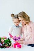 Fotografia madre allegra e lettura che ti amo mamma auguri cartolina insieme, madri giorno concetto della figlia