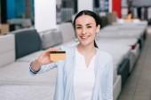usmívající se žena zobrazeno kreditní karty