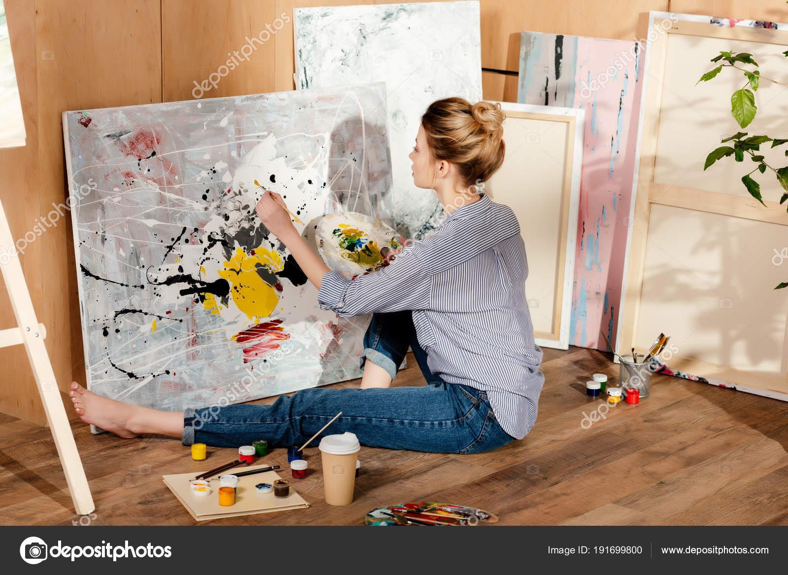 Belle Jeune Femme Peintre Assis Sur Sol Dessin Dans Atelier