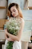 Fényképek gyönyörű pályázati girl gazdaság fehér virágok, művészeti stúdió