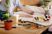 Fényképek levágott lövés a fiatal női előadó rajz tábla stúdió