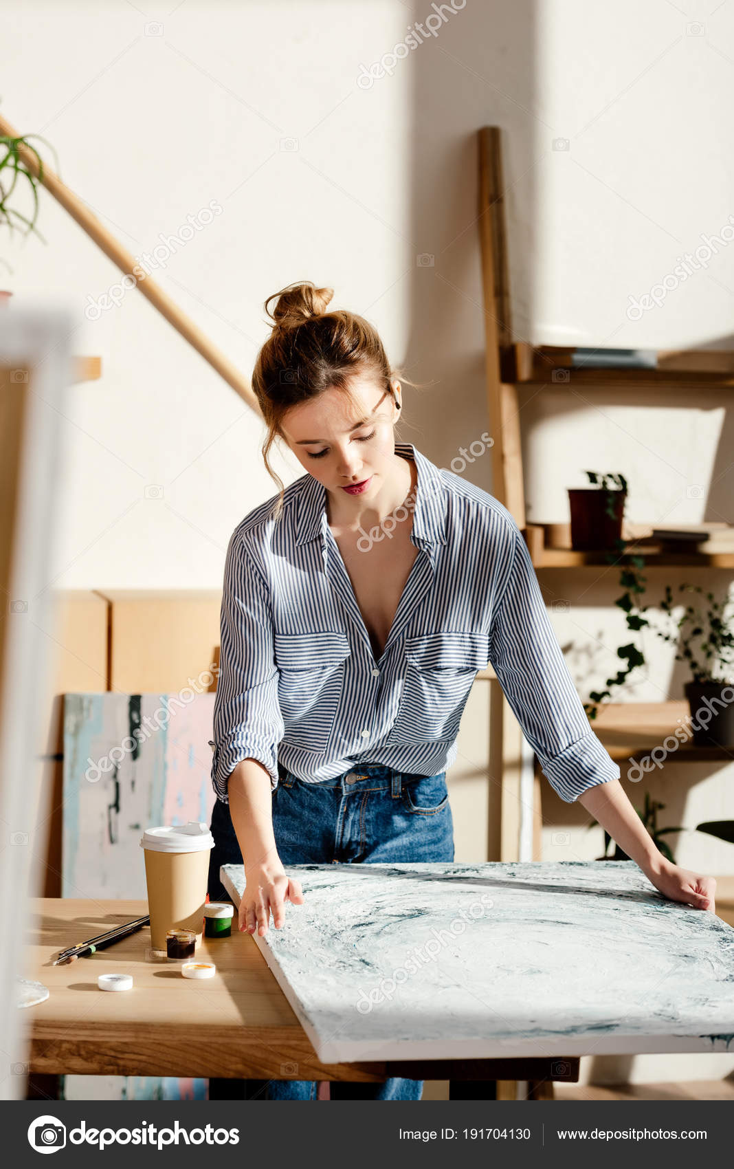 Schilderij Met Eigen Foto.Vrouwelijke Kunstenaar Eigen Schilderij Tafel Met Een Koffiekopje