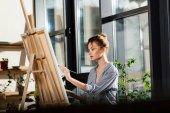 Fotografie junge Künstlerin Malerei auf Staffelei im Kunstatelier