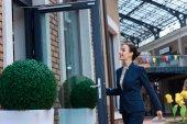 krásná obchodnice otevírací dveře do kavárny
