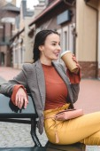 Fotografie beautiful stylish woman drinking coffee from disposable coffee cup