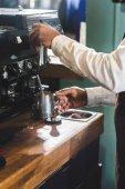 vágott lövés az afro-amerikai barista kötény használata kávéfőző, kávézó