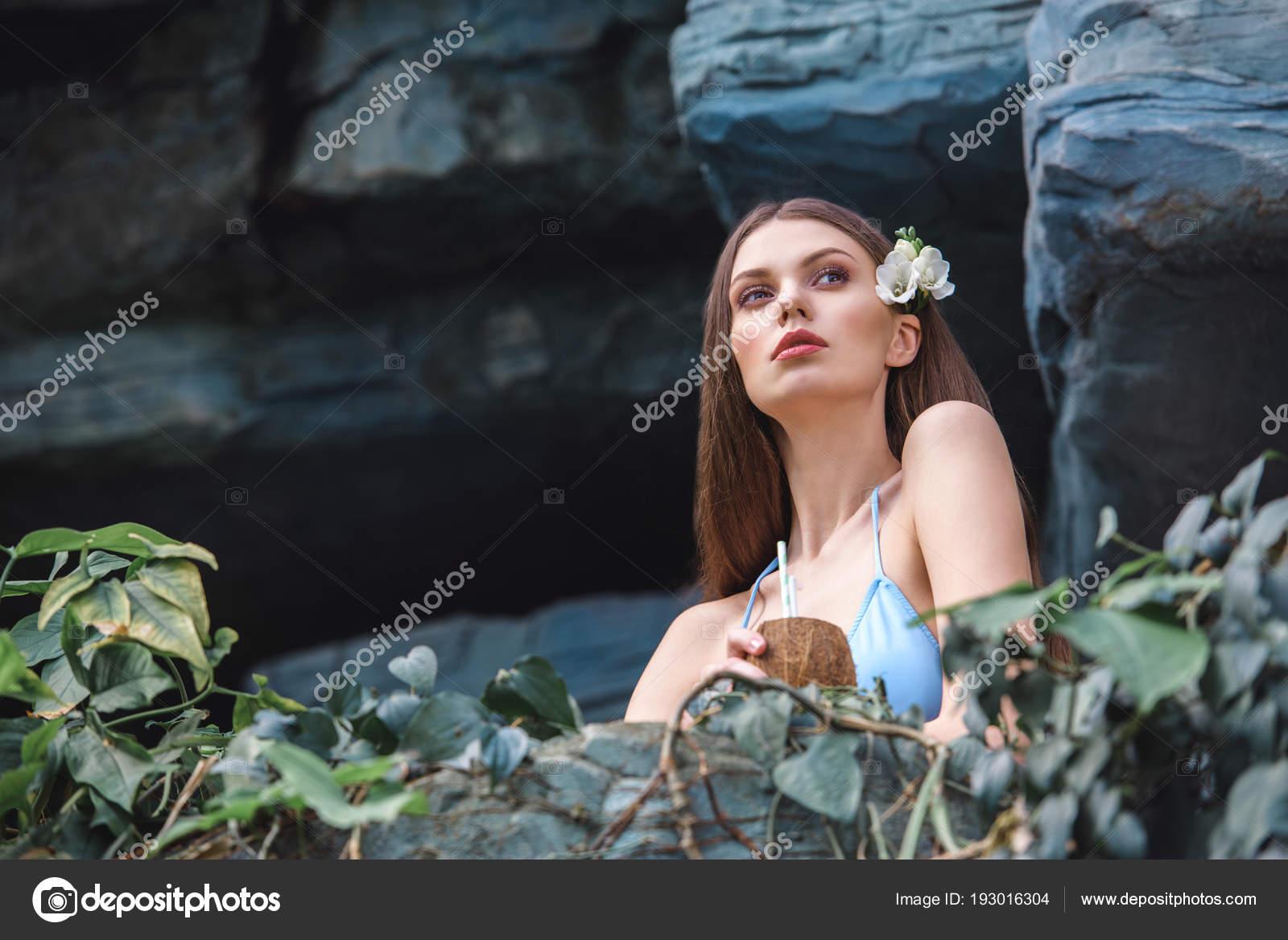 867ddf68bf82f Woman Blue Bikini Posing Coconut Cocktail Tropical Garden — Stock Photo