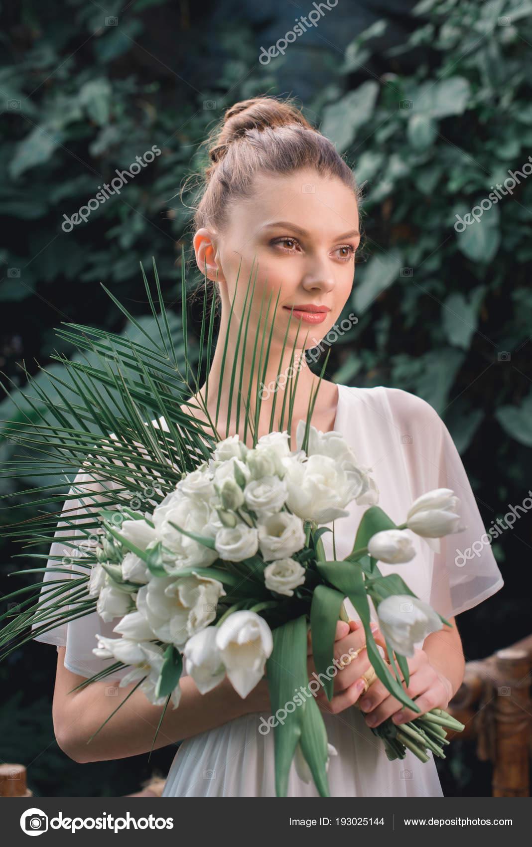 Glückliche Braut Posiert Weißen Kleid Mit Hochzeitsstrauß Tropischen ...