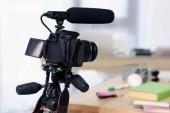 Fényképek digitális fényképezőgép-val mikrofon részére lövés video-blog otthon