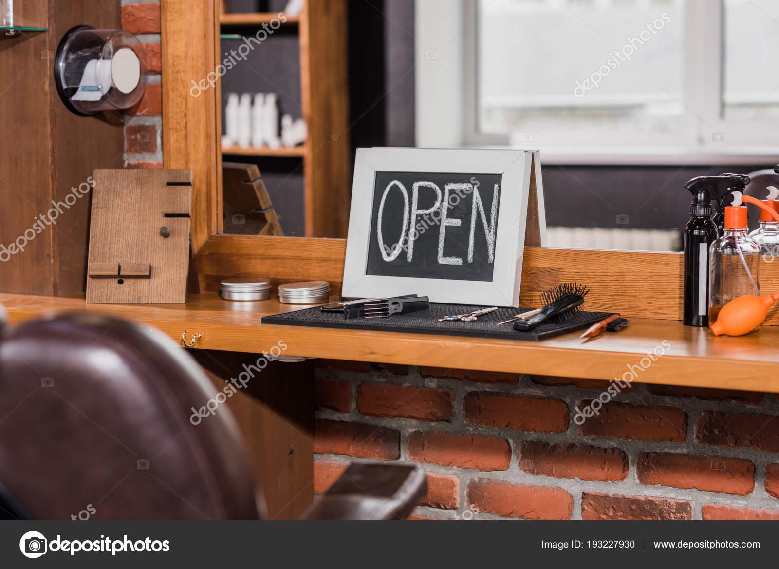 Tableau Noir Avec Signe Ouvert Pench Sur Miroir Salon Coiffure
