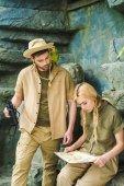 aktív fiatal pár kipróbálás-hoz hajózik-ban dzsungel szafari ruhák