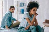 Ideges afro-amerikai lány ül a barátja ágy
