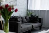 Selektivní fokus prázdné obývacího pokoje s rozkládací šedá