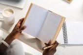 részleges kilátás nyílik a könyv az otthoni asztalnál afro-amerikai
