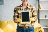 Fotografie oříznutý obraz ženy v čištění odpadů znázorňující tabletu doma