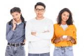 portrét interracial dospívající s smartphone izolované na bílém