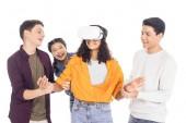Fotografie Gruppe von Teen Studenten spielen mit Vr Kopfhörer isoliert auf weiss