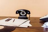 Fotografie Detailní záběr z telefonu na dřevěný stůl psací stroj a vinyl disk na stole