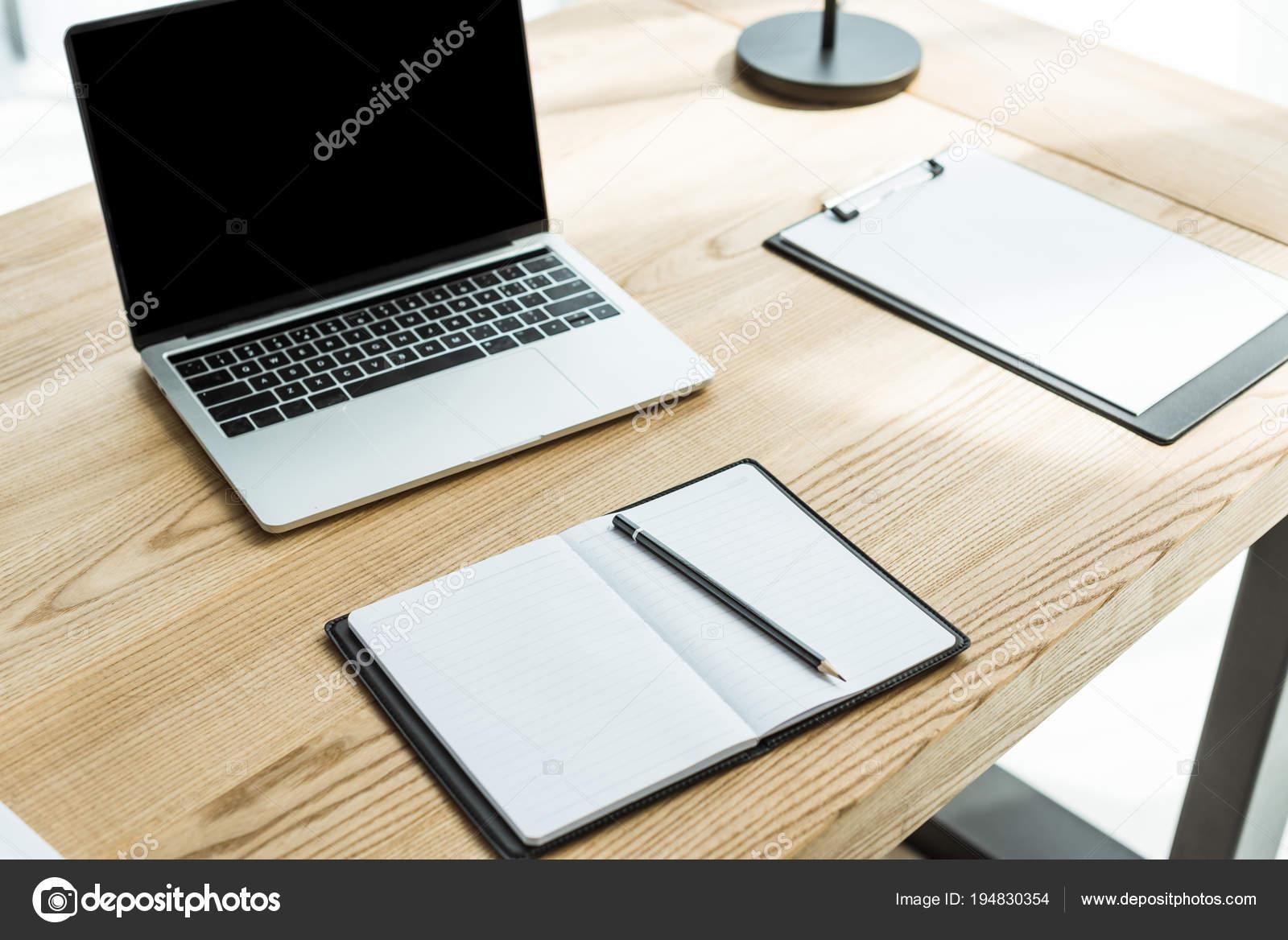 Gros plan travail moderne avec ordinateur portable papiers vierges