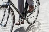 Oříznout záběr podnikatel v klasických botách jízda historických kol