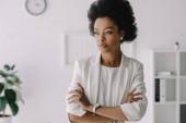 Fotografie atraktivní africká americká podnikatelka s překřížením rukou v úřadu