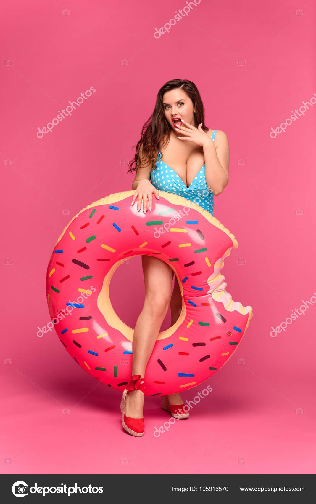 Badpak Zwemmen.Mooie Verrast Vrouw Badpak Zwemmen Ring Houden Kijken Naar Camera