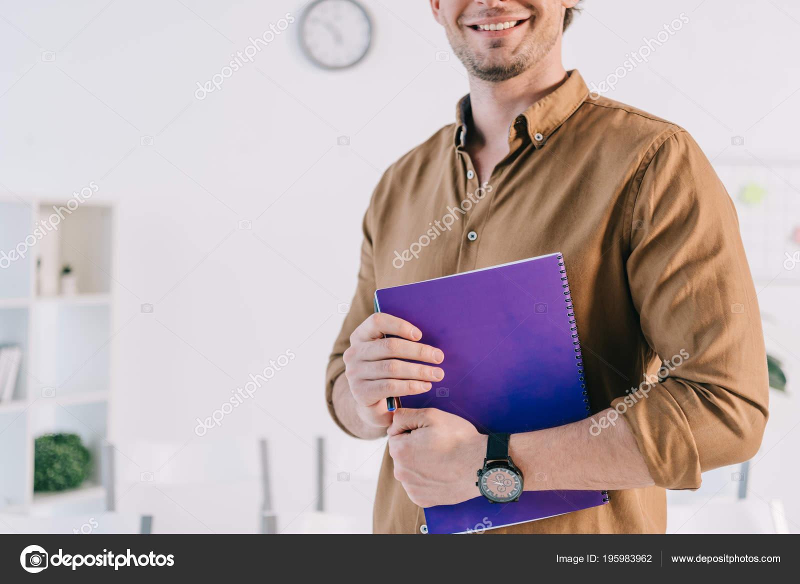 Abbigliamento Ufficio Uomo : Ritagliata colpo uomo affari sorridente abbigliamento casual con