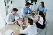 vysoký úhel pohled se spolupracovníky na pracovišti s doklady v úřadu