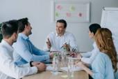 colleghi di affari che ha discussione sul posto di lavoro in ufficio