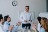 obchodní spolupracovníky tleskají usměvavý mentor zároveň s obchodní školení v kanceláři