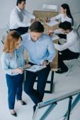 pohled z vysokého úhlu obchodních spolupracovníků s diskuse během obchodní školení v kanceláři