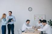 obchodní spolupracovníky s diskuse během obchodní školení v kanceláři