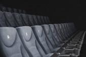 Selektiver Fokus des Kinosaals mit grauen Stühlen