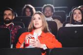 Selektiver Fokus attraktiver Frauen beim Kinobesuch