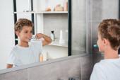 selektivní zaměření šťastný dítě čištění zubů v koupelně