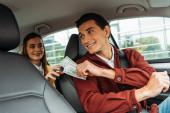 A mosolygó utas kifizetődik taxisofőrrel
