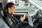 Eccitato donna leggendo giornale sul sedile del conducente di drone auto