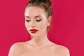nackte schöne Frau mit roten Lippen, die isoliert auf rot wegschauen