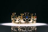 retro zlatá koruna s drahokamy na černé