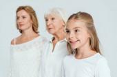 selektivní zaměření vnučky, matky a babičky na pozadí izolované na šedém